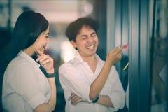 Junge Geschäftspersonen besprechen sich mit Glück Lizenzfreie Stockbilder