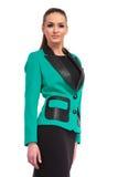 Junge Geschäftsfrau, die ein schwarzes Kleid trägt Lizenzfreies Stockfoto