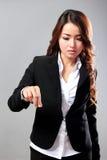 Junge Geschäftsfrau, die ein virtuelles Einzelteil klemmt Lizenzfreie Stockbilder
