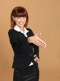 Junge Geschäftsfrau, die für Handerschütterung sich vorbereitet Lizenzfreie Stockfotografie
