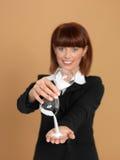Junge Geschäftsfrau, die gebrochenen Hourglass anhält Lizenzfreie Stockfotos