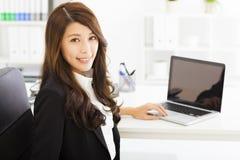 Junge Geschäftsfrau, die im Büro arbeitet Stockfotos