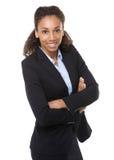 Junge Geschäftsfrau, die mit den Armen gekreuzt lächelt Stockfoto