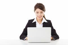 Junge Geschäftsfrau, die mit Laptop arbeitet Stockbild