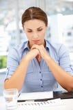 Junge Geschäftsfrau, die traurig schaut Stockfoto