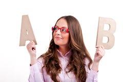 Junge Geschäftsfrau mit Buchstaben AB Stockbilder