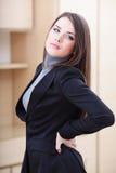 Junge Geschäftsfrau mit der Schmerz Rückseite innen Stockbilder