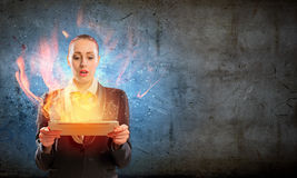 Junge Geschäftsfrau mit ipad Lizenzfreie Stockfotografie