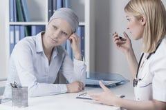 Junge Geschäftsfrau mit Krebs Lizenzfreie Stockbilder