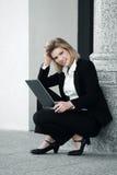 Junge Geschäftsfrau mit Laptop am Bürogebäude Stockfotografie