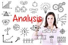Junge Geschäftsfrau-Schreibens-Datenanalyse Lokalisiert auf Weiß Lizenzfreie Stockfotos