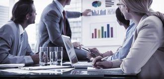 Junge Geschäftsleute in der Chefetagesitzung Stockbilder