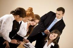Junge Geschäftsleute, die Diagramm analysieren Lizenzfreie Stockfotos