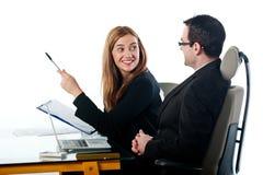 Junge Geschäftsleute, die zusammen an Laptop arbeiten Stockfoto