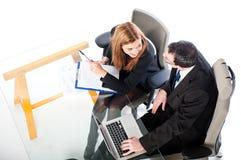 Junge Geschäftsleute, die zusammen an Laptop arbeiten Stockfotos