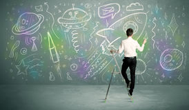 Junge Geschäftsmannzeichnungsrakete Stockbild
