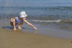 Junge in gestreiftem T-Shirt auf dem Strand lizenzfreie stockfotos