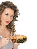 Junge gesunde Frau, die gedämpfte Lachse und Bean Salad isst Lizenzfreies Stockfoto