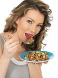 Junge gesunde Frau, die Misch-Bean Salad isst Lizenzfreies Stockfoto