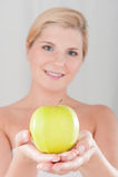 Junge gesunde Frau mit Apfel Lizenzfreies Stockbild