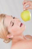 Junge gesunde Frau mit Apfel Stockfotos