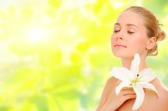Junge gesunde Frau mit Blume Stockbilder