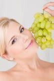 Junge gesunde Frau mit Trauben Stockfoto