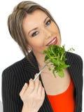 Junge gesunde Geschäftsfrau, die gemischten Blatt-Salat isst Lizenzfreie Stockfotos