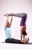 Junge gesunde Paare in Yogaposition Lizenzfreie Stockfotos