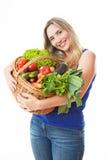 Junge gesunde Schönheit mit einem Korb voll vom frischen vegeta lizenzfreie stockbilder