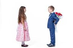 Junge gibt einem Mädchen Blumen am Tag St. valentine Stockfotografie