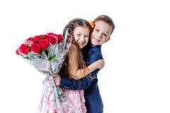 Junge gibt einem Mädchen Blumen am Tag St. valentine Stockfoto