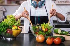 Junge Glück Frau, die Gemüsesalat in der Küche, H kocht Lizenzfreies Stockbild