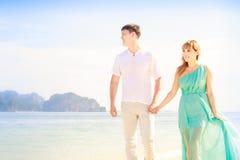 Junge glückliche asiatische Paare auf Flitterwochen Lizenzfreies Stockfoto