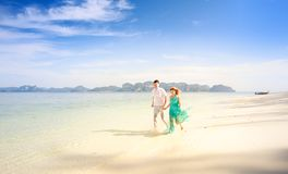 Junge glückliche asiatische Paare auf Flitterwochen Stockfotos