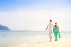 Junge glückliche asiatische Paare auf Flitterwochen Lizenzfreie Stockfotografie