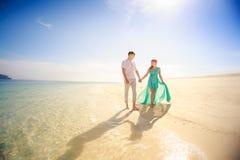 Junge glückliche asiatische Paare auf Flitterwochen Lizenzfreie Stockfotos