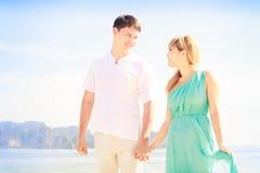 Junge glückliche asiatische Paare auf Flitterwochen Lizenzfreie Stockbilder