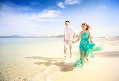 Junge glückliche asiatische Paare auf Flitterwochen Stockbilder