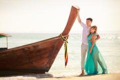 Junge glückliche asiatische Paare auf Flitterwochen Stockfoto