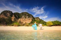 Junge glückliche asiatische Paare auf Insel Stockfoto