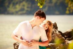 Junge glückliche asiatische Paare auf Insel Lizenzfreie Stockfotografie