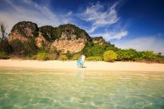 Junge glückliche asiatische Paare auf Insel Lizenzfreie Stockfotos