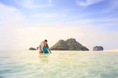 Junge glückliche asiatische Paare auf Insel Stockbild