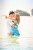 Junge glückliche asiatische Paare auf Insel Stockfotos