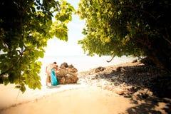 Junge glückliche asiatische Paare auf Insel Lizenzfreies Stockfoto