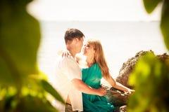 Junge glückliche asiatische Paare auf Insel Lizenzfreie Stockbilder