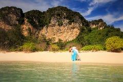Junge glückliche asiatische Paare auf Insel Lizenzfreies Stockbild