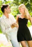 Junge glückliche attraktive Paare stockfotos