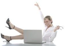 Junge glückliche blonde Frau am Computer Stockbilder